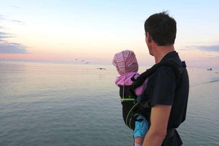 Strandspaziergang mit Babytrage