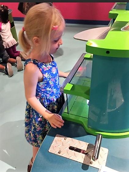 Tochter testet Zentrifuge